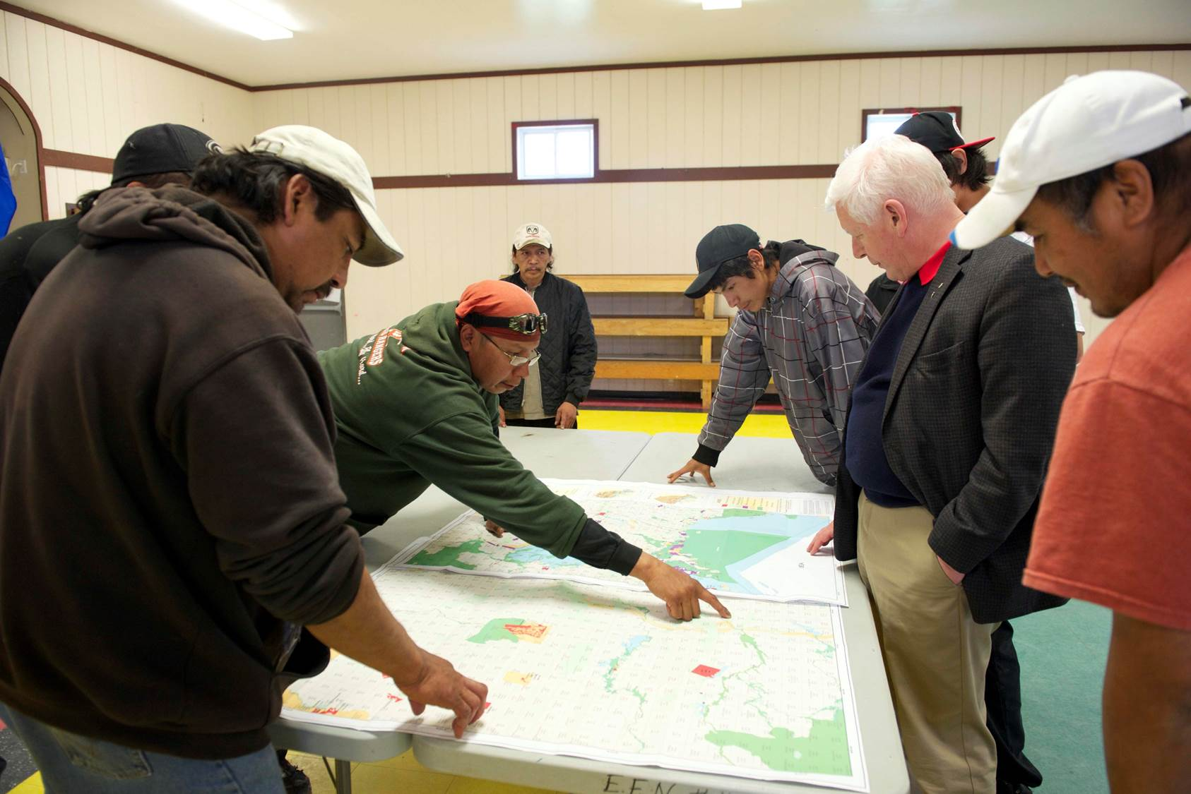 Matawa member First Nation community members discussing land use planning and infrastructue development in the Ring of Fire with their lead negotiator, Bob Rae